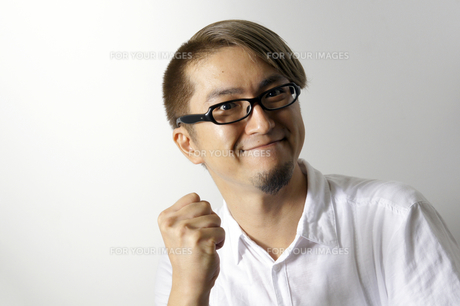 ガッツポーズをする男性の写真素材 [FYI00382809]