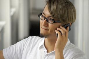 iPhoneで電話をする男性の写真素材 [FYI00382812]