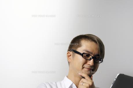 iPadを操作する男性の写真素材 [FYI00382815]