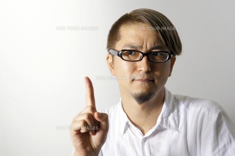 指をたてる男性の写真素材 [FYI00382820]