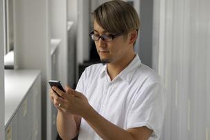 iPhoneを操作する男性の写真素材 [FYI00382837]
