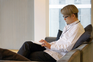 iPadを操作する男性の写真素材 [FYI00382838]