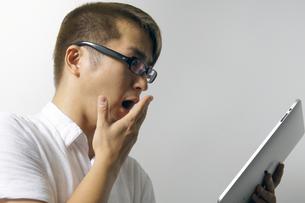 iPadを操作する男性の写真素材 [FYI00382842]