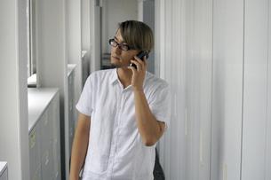 iPhoneで電話をする男性の写真素材 [FYI00382849]