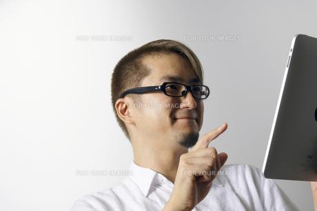 iPadを操作する男性の写真素材 [FYI00382851]