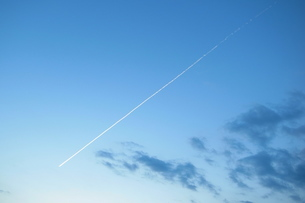 飛行機雲の写真素材 [FYI00382855]