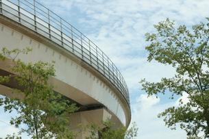 青空と高架と緑の写真素材 [FYI00382860]
