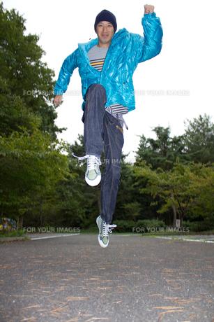 冬服で走る男性の写真素材 [FYI00382906]