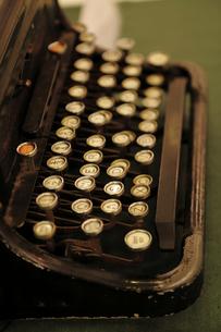 レトロな英文タイプライターの写真素材 [FYI00383109]