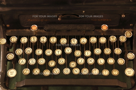 レトロな英文タイプライターの写真素材 [FYI00383120]
