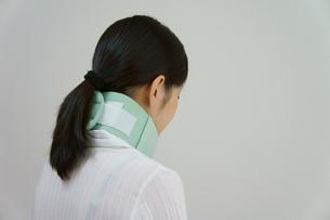 むち打ち症で頚椎カラーを付ける女性の素材 [FYI00384451]