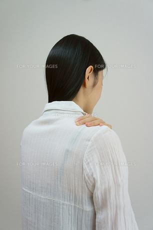 肩を揉む女性の素材 [FYI00384468]