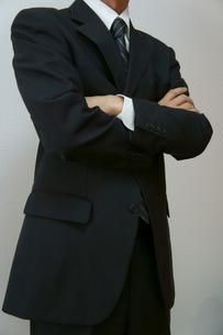 腕を組むビジネスマンの素材 [FYI00384475]