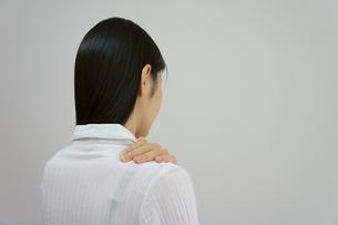 肩を揉む女性の素材 [FYI00384476]