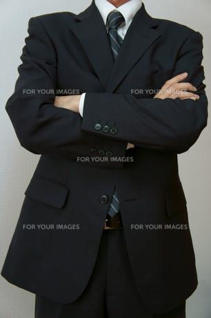 腕を組むビジネスマンの素材 [FYI00384483]