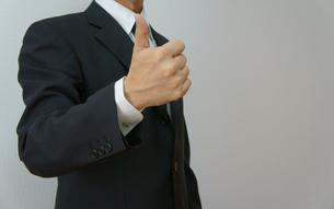 オーケイサインを出すビジネスマンの素材 [FYI00384487]