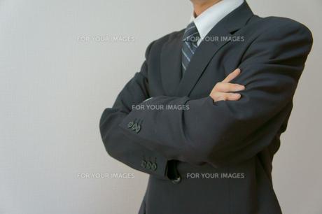 腕を組むビジネスマンの素材 [FYI00384490]