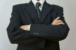 腕を組むビジネスマンの素材 [FYI00384491]
