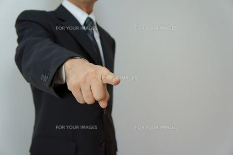 指摘するビジネスマンの素材 [FYI00384499]
