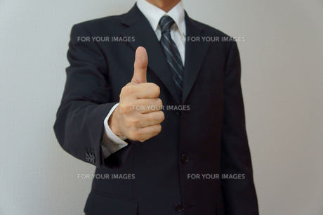 オーケイサインを出すビジネスマンの素材 [FYI00384503]