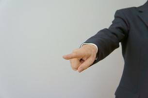 指摘するビジネスマンの素材 [FYI00384508]