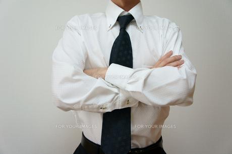 腕を組むビジネスマンの素材 [FYI00384536]