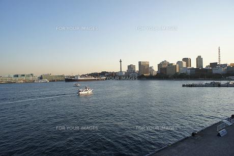 大桟橋から見える氷川丸とマリンタワーの素材 [FYI00384543]