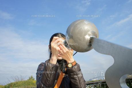 写真撮影をする女性の素材 [FYI00384555]