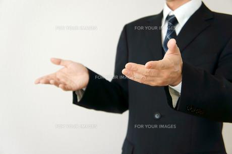 ビジネスマン 説明またはなぜのポーズの素材 [FYI00384559]