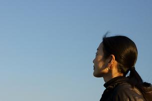 空を見上げる女性の素材 [FYI00384561]