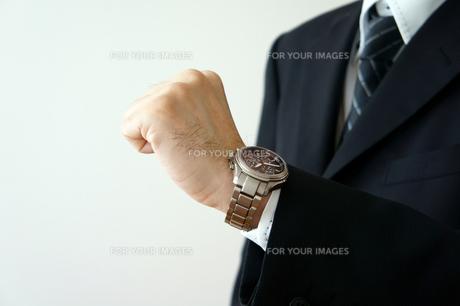 腕時計を見るビジネスマンの素材 [FYI00384616]