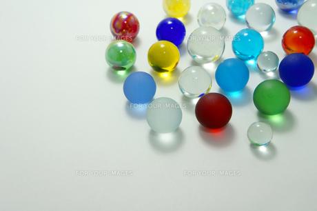 様々な色のガラス玉の素材 [FYI00384649]