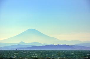 江ノ島 稚児ヶ淵から見える富士山の素材 [FYI00385117]