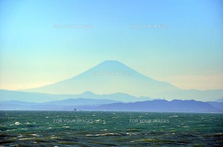 江ノ島 稚児ヶ淵から見える富士山の素材 [FYI00385119]