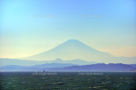 江ノ島 稚児ヶ淵から見える富士山の素材 [FYI00385120]