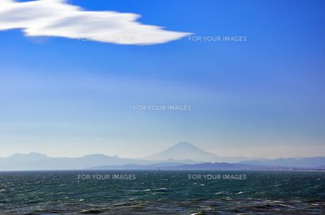 江ノ島 稚児ヶ淵から見える富士山の素材 [FYI00385126]