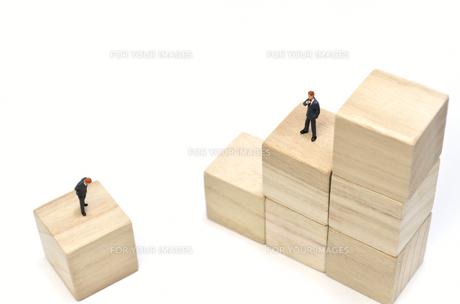 積木の階段とビジネスマンの素材 [FYI00386012]