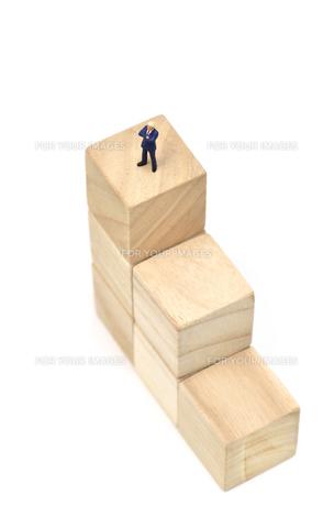 積木の階段とビジネスマンの素材 [FYI00386017]