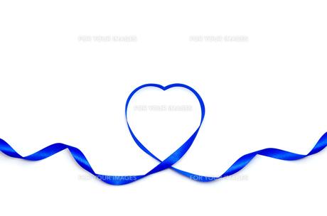 リボンで作ったハートマーク 青色の素材 [FYI00386269]