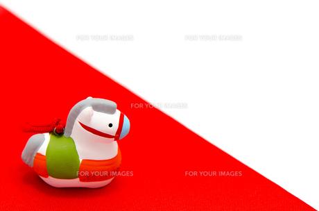 午年の置物 赤色の敷き物の素材 [FYI00386271]