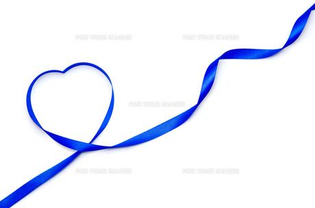 リボンで作ったハートマーク 青色の素材 [FYI00386288]