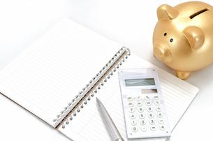 金色の豚の箱と電卓とノートの素材 [FYI00386435]