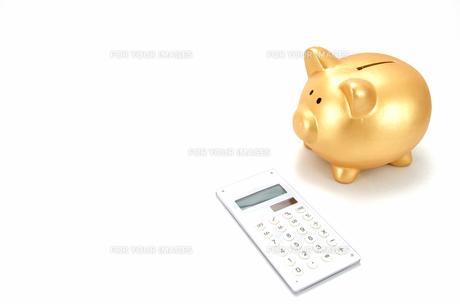 金色の豚の箱と電卓の素材 [FYI00386442]