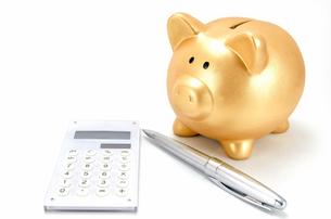 金色の豚の箱と電卓とボールペンの素材 [FYI00386447]