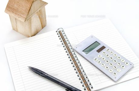 積み木の家と電卓とノートの素材 [FYI00386454]