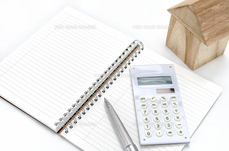 積み木の家と電卓とノートの素材 [FYI00386466]