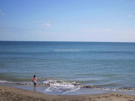 海と戯れる女の子の素材 [FYI00387357]