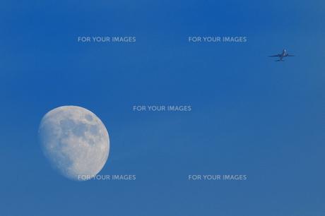 月と飛行機の素材 [FYI00387407]