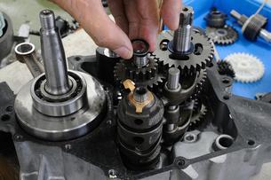 バイクエンジンの修理の写真素材 [FYI00387469]