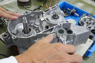 バイクエンジンの修理の写真素材 [FYI00387486]